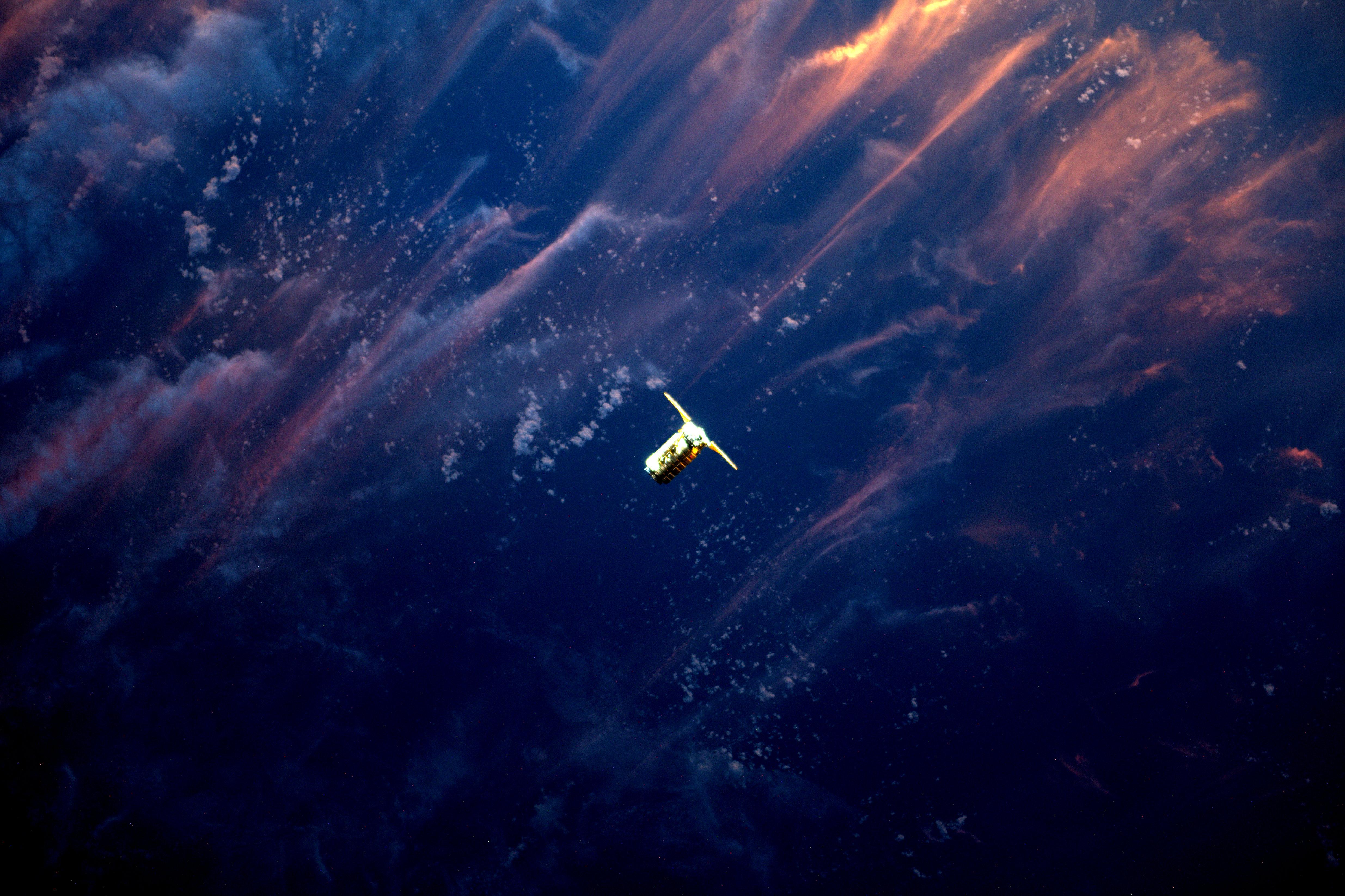 НАСА опубликовало очень красивый снимок приближения космического корабля Cygnus к МКС